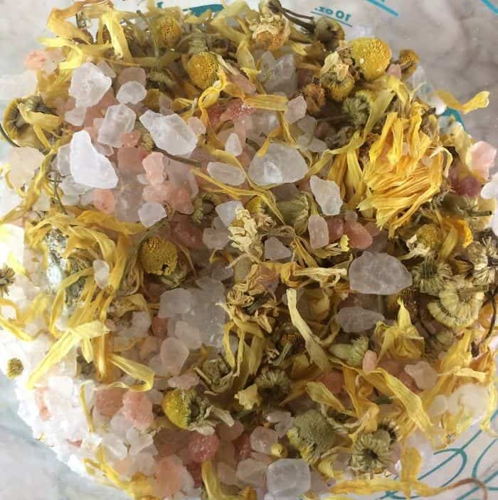 DIY floral bath salts -- a great source of minerals and trace elements, and help remove toxins from your skin. Plus depending on the essential oils you choose to use, they can help calm, improve sleep, reduce inflammation, ease achy muscles, lessen anxious feelings, improve circulation, and soothe dry, irritated skin. #essentialoils #essentialoilrecipes #bathsalts #naturalDIY #naturalbeauty #essentialoilDIY #essentialoilgifts #DIYgifts