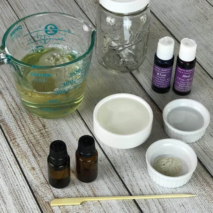 DIY lavender vanilla bubble bath recipe - vanilla oleoresin and lavender essential oil combine to make a warm floral scent that helps you relax, unwind, and let go. After soaking in a tub of this calming lavender vanilla bubble bath, you're pretty much guaranteed to get a great night's sleep. #essentialoils #essentialoilrecipes #naturalbeauty #DIYrecipes #yleo #doterra #essentialoiluses